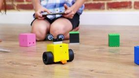 El primer, robot radio-controlado se mueve en el piso, pequeños genios, robots electrónicos del juego de niños, coches, juguetes