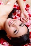 El primer sonriente de la muchacha asiática de la belleza con se levantó Imagen de archivo