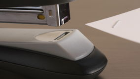 El primer sujeta con grapa el papel de los alicates almacen de video