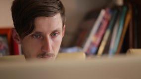 El primer tiró de Internet que practicaba surf del hombre joven, adolescente que usaba la PC de la tableta Lectura de la persona, almacen de video