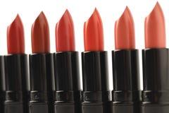 El primer tiró de la fila de lápices labiales rojos de varios tonos Fotografía de archivo