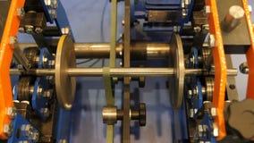 El primer tiró de los engranajes giratorios de la correa, vista delantera libre illustration