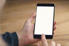 El primer tiró de manos adolescentes femeninas con smartphone en la tabla Fotos de archivo libres de regalías