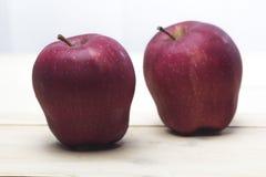 El primer tiró de manzanas rojas frescas en una tabla de madera Fotografía de archivo libre de regalías