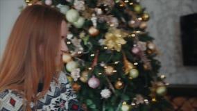 El primer tiró de un par que miraba el uno al otro El árbol de navidad está en el fondo almacen de metraje de vídeo