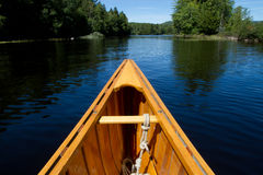 El primer tiró de una canoa de madera en un río Fotografía de archivo