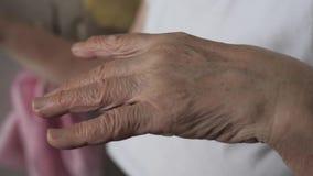 El primer tiró de una mano temblante de la mujer mayor con temblor metrajes
