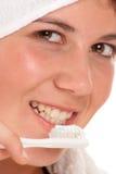 El primer tiró de una muchacha que aplicaba sus dientes con brocha Imágenes de archivo libres de regalías