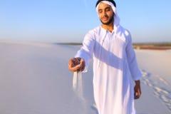 El primer tiró del retrato y de manos del individuo árabe joven en d arenosa Fotos de archivo