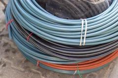 El primer tiró para los alambres azules, negros y de color naranja del cable fotos de archivo