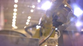 El primer tirado del giro instaló tubos el brazo robótico automático en proceso en fondo de la exposición almacen de video