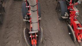 El primer, tractor con los plantadores especiales de la precisión, sembradora está trabajando en el campo, maquinaria agrícola es almacen de video