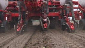 El primer, tractor con los plantadores especiales de la precisi?n, sembradora est? trabajando en el campo, maquinaria agr?cola es almacen de metraje de vídeo