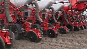 El primer, tractor con los plantadores especiales de la precisi?n, sembradora est? trabajando en el campo, maquinaria agr?cola es metrajes