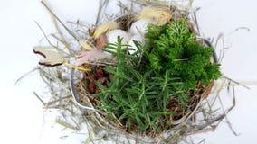 El primer, visión desde arriba, la rotación, composición floral de pascua en estilo rústico, consiste en los huevos, plumas, plan metrajes