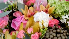El primer, visión desde arriba, las flores, ramo, rotación, composición floral consiste en la aguamarina de Rose, Ornithogalum, B almacen de metraje de vídeo