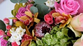 El primer, visión desde arriba, las flores, ramo, rotación, composición floral consiste en la aguamarina de Rose, Ornithogalum, B almacen de video