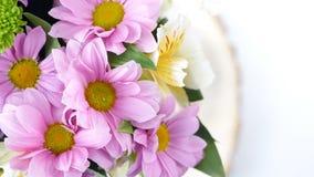 El primer, visión desde arriba, las flores, ramo, rotación, composición floral consiste en la manzanilla del crisantemo Flor metrajes