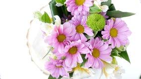 El primer, visión desde arriba, las flores, ramo, rotación, composición floral consiste en la manzanilla del crisantemo Flor almacen de metraje de vídeo