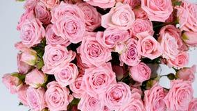El primer, visión desde arriba, las flores, ramo, rotación, composición floral consiste en Rose odily Belleza divina almacen de video