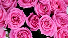 El primer, visión desde arriba, las flores, ramo, rotación en el fondo blanco, composición floral consiste en rosas rosadas metrajes