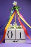 Primero de mayo, el 1 de mayo, calendario con el Maypole y cintas del multicolor imágenes de archivo libres de regalías