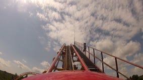 El primeros suben para arriba la montaña rusa en parque temático metrajes
