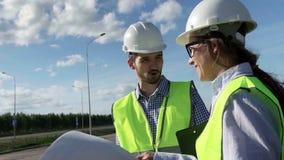 El principal ingeniero And The Foreman del proyecto está de acuerdo con la construcción almacen de metraje de vídeo