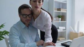 El principal parecer milenario decollete de su secretaria almacen de video