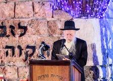 El principal rabino de la ciudad lee un rezo en honor de los que caído en la ceremonia en el sitio conmemorativo al caido en Isra Imágenes de archivo libres de regalías