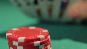 El principiante afortunado coge la buena mano en el juego de póker, inversión acertada en inicio almacen de metraje de vídeo