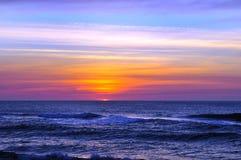 El principio de la salida del sol costera hermosa Imagenes de archivo