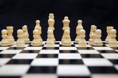 El principio de un juego de ajedrez Imágenes de archivo libres de regalías