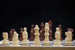 El principio de un juego de ajedrez en el backgroung negro Fotografía de archivo