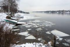 El principio del invierno en la ciudad de vacaciones de Plyos Imagenes de archivo