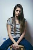 El problema depressioned adolescente con el pelo ensuciado y la cara triste Fotos de archivo libres de regalías