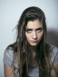 El problema depressioned adolescente con el pelo ensuciado y la cara triste Fotos de archivo