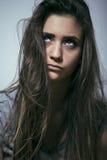El problema depressioned adolescente con el pelo ensuciado y la cara triste Imagen de archivo libre de regalías