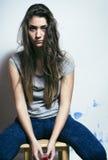 El problema depressioned adolescente con el pelo ensuciado y la cara triste Foto de archivo
