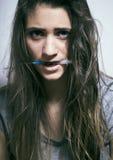 El problema depressioned adolescente con el pelo ensuciado y la cara triste, desperdicios Fotografía de archivo