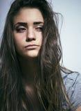 El problema depressioned adolescente con el pelo ensuciado y la cara triste, desperdicios Fotografía de archivo libre de regalías