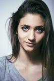 El problema depressioned adolescente con el pelo ensuciado y la cara triste, reales Foto de archivo