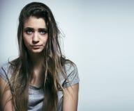 El problema depressioned adolescente con el pelo ensuciado y la cara triste, desperdicios Foto de archivo libre de regalías
