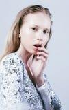 El problema depressioned al adolescente con la nariz de la sangría, moda real j Fotos de archivo
