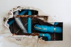 El problema residencial casero, techo del daño en el lavabo, agua se escapa del sistema aflautado inútil hace el techo dañado fotografía de archivo