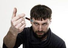 El problema social - apego Hombre triste joven que sostiene la jeringuilla para drogar uso Fotos de archivo libres de regalías