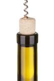 El proceso de abrir una botella de sacacorchos del vino Imagen de archivo
