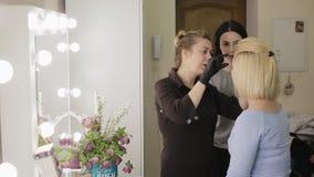 El proceso de aprendizaje El estilista hace las cejas hermosas a la mujer hermosa joven Departamento de belleza Desplume del pelo metrajes