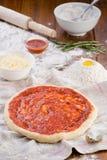 El proceso de cocinar hermosa vista italiana de la pizza Imágenes de archivo libres de regalías