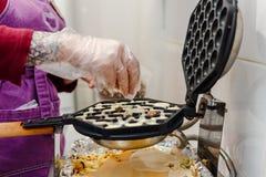 El proceso de cocinar las obleas con las nueces en cocina fotografía de archivo libre de regalías